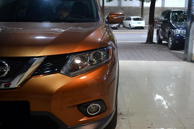 西安奇骏汽车大灯改装海拉5透镜氙气灯
